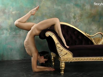 Flexible sporty chick Kim Nadara does some crazy stands and flashes cunt